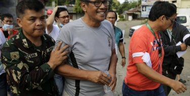 Filipino Muslims shield their Christian friends in bold escape from extremists